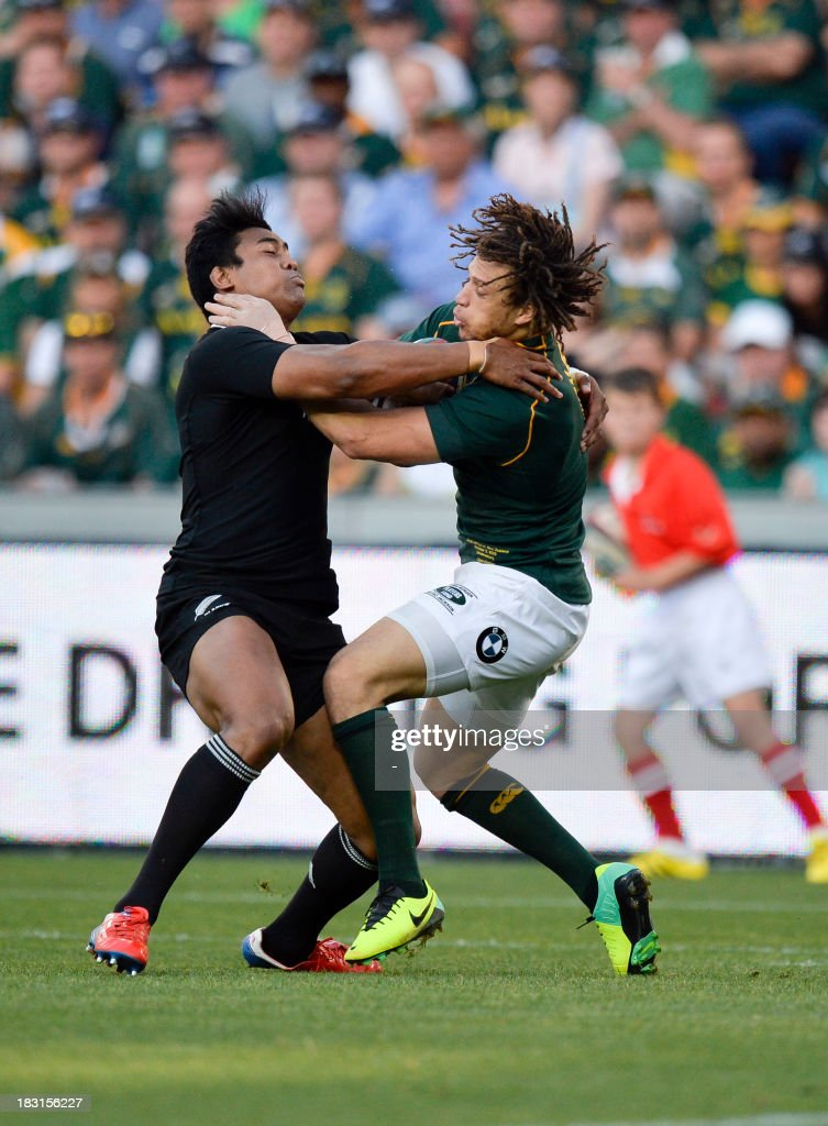 South Africa's Zane Kirchner (R) vies with New Zealand's Julian Savea (c) during the 2013 Rugby union test match South Africa vs New Zealand on October 5, 2013 at the Ellis Park Stadium in Johannesburg. AFP PHOTO / STRINGER