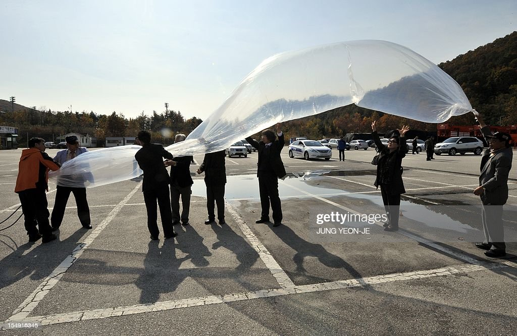 South Korean activists prepare to release large balloons carrying anti-North Korea leaflets at a park in the border town of Paju, north of Seoul, on October 29, 2012. South Korean activists floated anti-Pyongyang leaflets across the border with North Korea on October 29 a week after the North threatened military action over a similar propaganda exercise. AFP PHOTO / JUNG YEON-JE