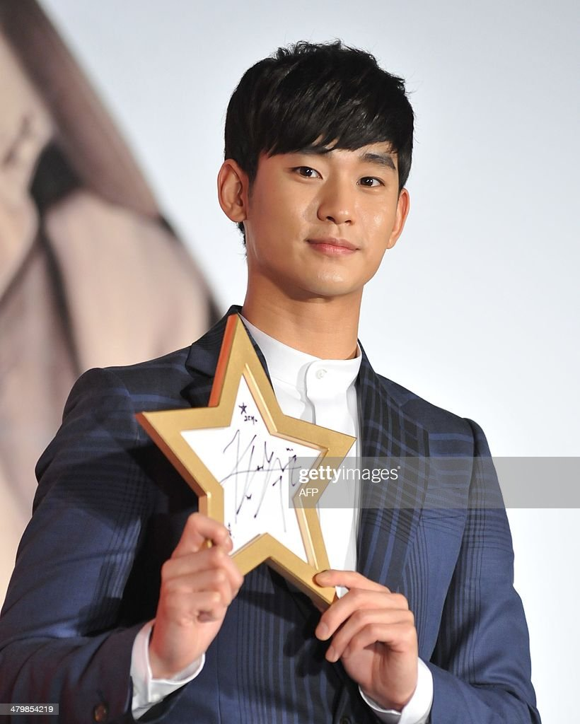 South Korean actor Kim Soo-Hyun hold his autograph during his '1st Memories In Taiwan' press conference in Taipei on March 21, 2014. Kim will meet with fans in six countries for his upcoming fan meeting tour, which started this March. AFP PHOTO / Mandy CHENG