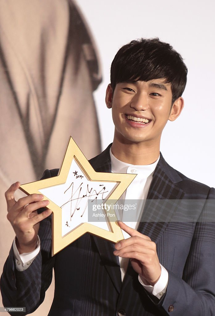 South Korean actor <a gi-track='captionPersonalityLinkClicked' href=/galleries/search?phrase=Kim+Soo-Hyun+-+Actor+-+Born+1988&family=editorial&specificpeople=8739405 ng-click='$event.stopPropagation()'>Kim Soo-Hyun</a> holds his autograph for a photograph at the '1st Memories In Taiwan' press conference on March 21, 2014 in Taipei, Taiwan. Kim is famous from the Korean TV drama 'Love From The Star' will and will stay in Taipei for 2 days to meet with fans.