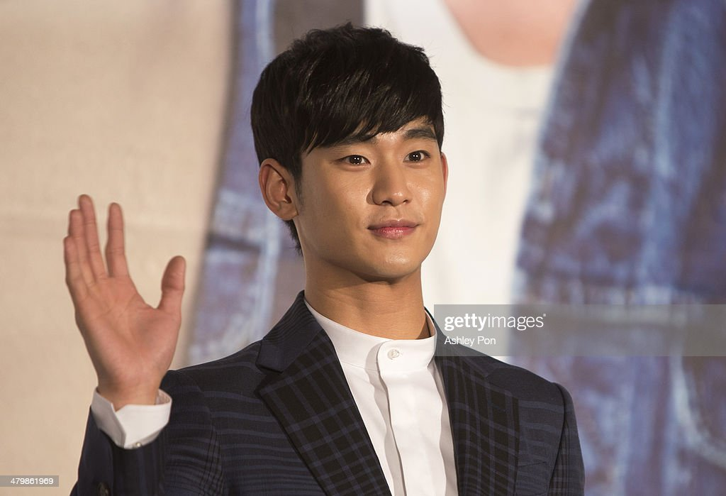 South Korean actor <a gi-track='captionPersonalityLinkClicked' href=/galleries/search?phrase=Kim+Soo-Hyun+-+Actor+-+Born+1988&family=editorial&specificpeople=8739405 ng-click='$event.stopPropagation()'>Kim Soo-Hyun</a> waves at the '1st Memories In Taiwan' press conference on March 21, 2014 in Taipei, Taiwan. Kim will stay in Taipei for 2 days to meet with fans.