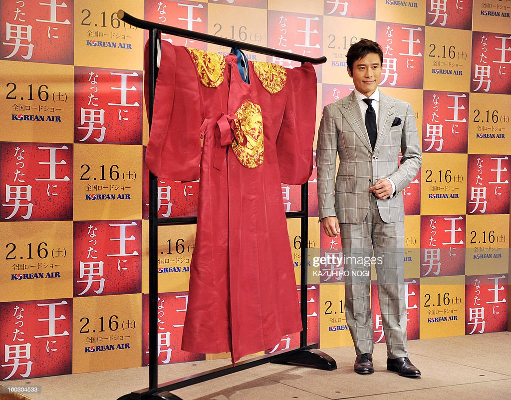 South Korean actor Lee Byung-Hun poses next to a costume (L) on display during a photo session after a press conference to promote his latest film 'Gwanghae: the Man Who Became King' in Tokyo on January 29, 2013. The film will open in Japan on February 16. AFP PHOTO / KAZUHIRO NOGI