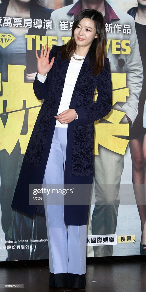 South Korean actress Gianna Jun aka. <a gi-track='captionPersonalityLinkClicked' href=/galleries/search?phrase=Jun+Ji-hyun&family=editorial&specificpeople=4344686 ng-click='$event.stopPropagation()'>Jun Ji-hyun</a> attends 'The Thieves' press conference at Westin Hotel on December 21, 2012 in Taipei, Taiwan.