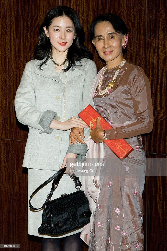South Korean actress <a gi-track='captionPersonalityLinkClicked' href=/galleries/search?phrase=Lee+Young-Ae&family=editorial&specificpeople=687667 ng-click='$event.stopPropagation()'>Lee Young-Ae</a> and Myanmar's opposition leader, <a gi-track='captionPersonalityLinkClicked' href=/galleries/search?phrase=Aung+San+Suu+Kyi&family=editorial&specificpeople=214208 ng-click='$event.stopPropagation()'>Aung San Suu Kyi</a> pose for media after their dinner at the Westin Chosun Hotel on January 31, 2013 in Seoul, South Korea.