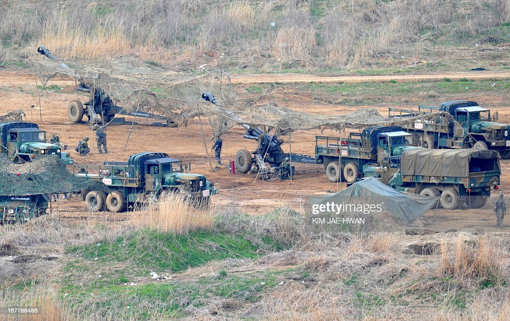 South Korean army take part in a drill with 105mm howitzer's near the border in Paju on April 30, 2013. The United States and South Korea wrapped up military drills on April 30 at the centre of soaring tensions with North Korea, as Pyongyang ignored a new overture over a flagship joint industrial zone. AFP PHOTO / KIM JAE-HWAN