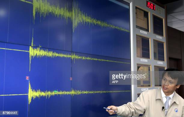 A South Korean meteorological official briefs reporters showing seismic waves from the site of North Korea's nuclear test at his office in Seoul on...