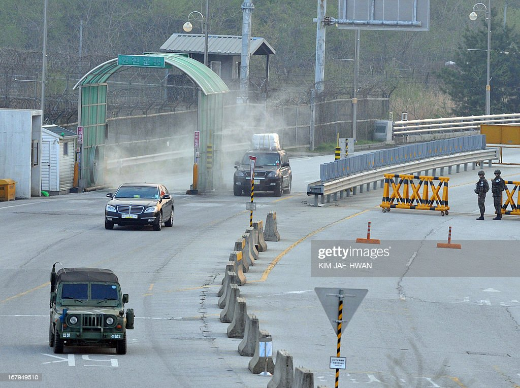 A South Korean military jeep (front L) escorts cars carrying seven people back from a joint industrial zone in North Korea at a border checkpoint in Paju on May 3, 2013. South Korea on May 3 withdrew its last remaining workers from the zone at risk of permanent closure due to soaring military tensions.
