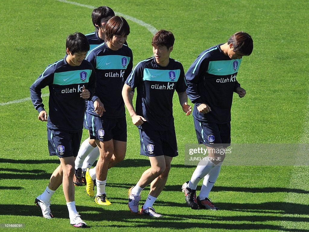 South Korean national football team midfielder Park Ji-Sung (C) talks with midfielder Lee Chung-Yong (L) and forward Park Chu-Young (2nd L) as they warm up during a training session at the Olympia Park Stadium in Rustenburg on June 6, 2010 ahead of the start of the 2010 World Cup football tournament.