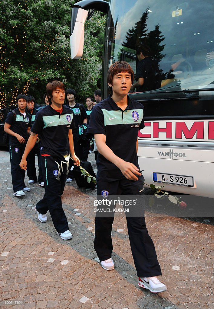 South Korean national football team player Koo Ja Cheol (R) and his teammates get out of a bus during the the team's arrival for their training camp in Tirolian village of Neustift im Stubaital in Austria on May 25, 2010, prior to the FIFA World cup 2010 in South Africa.