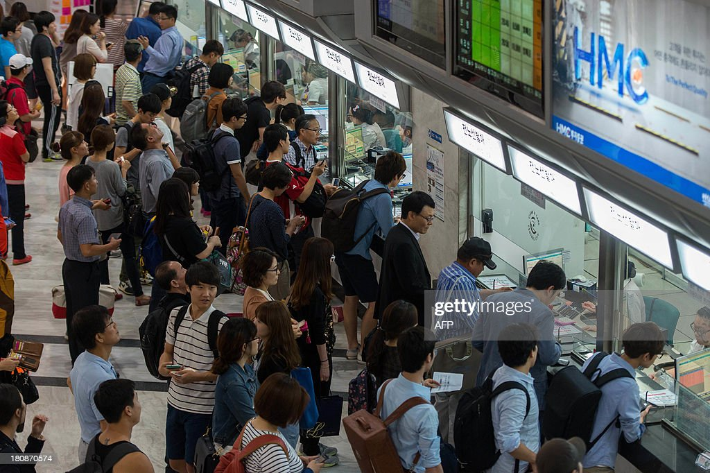 South Korean passengers queue to buy tickets at a bus terminal in Seoul on September 17, 2013 ahead of Chuseok, South Korea's biggest holiday, which lasts from September 18-20. Approximately thirty five million people are expected to travel to their home towns and villages across the country to visit relatives for this years holiday, an increase of 4.9 percent compared with last year's holiday. AFP PHOTO / KIM DOO-HO