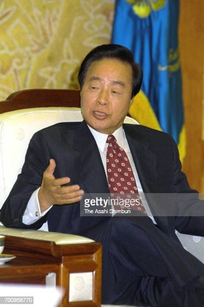 South Korean President Kim Youngsam speaks during the Asahi Shimbun interview at the Presidential Blue House on August 8 1995 in Seoul South Korea