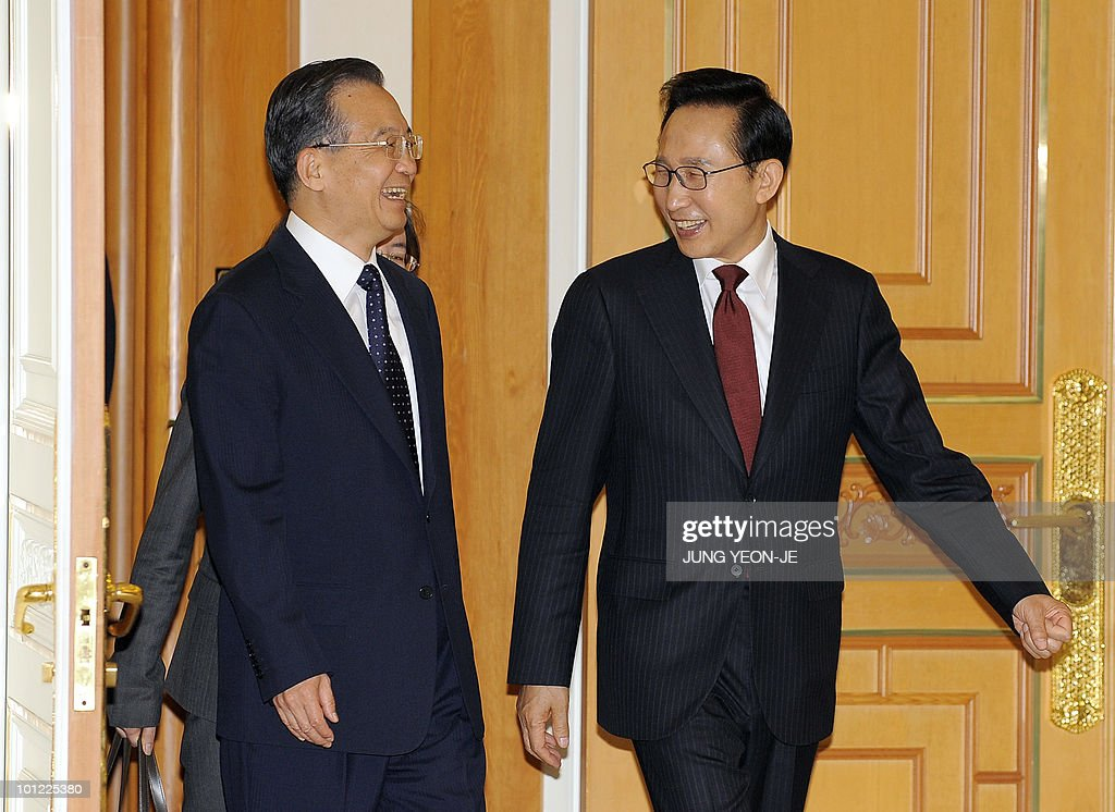 South Korean President Lee Myung-Bak (R) and Chinese Premier Wen Jiabao (L) arrive to attend a signing ceremony at the presidential Blue House in Seoul on May 28, 2010. Wen Jiabao came under pressure in Seoul to join other nations in censuring North Korea for sinking a South Korean warship as Japan slapped new sanctions on Pyongyang.