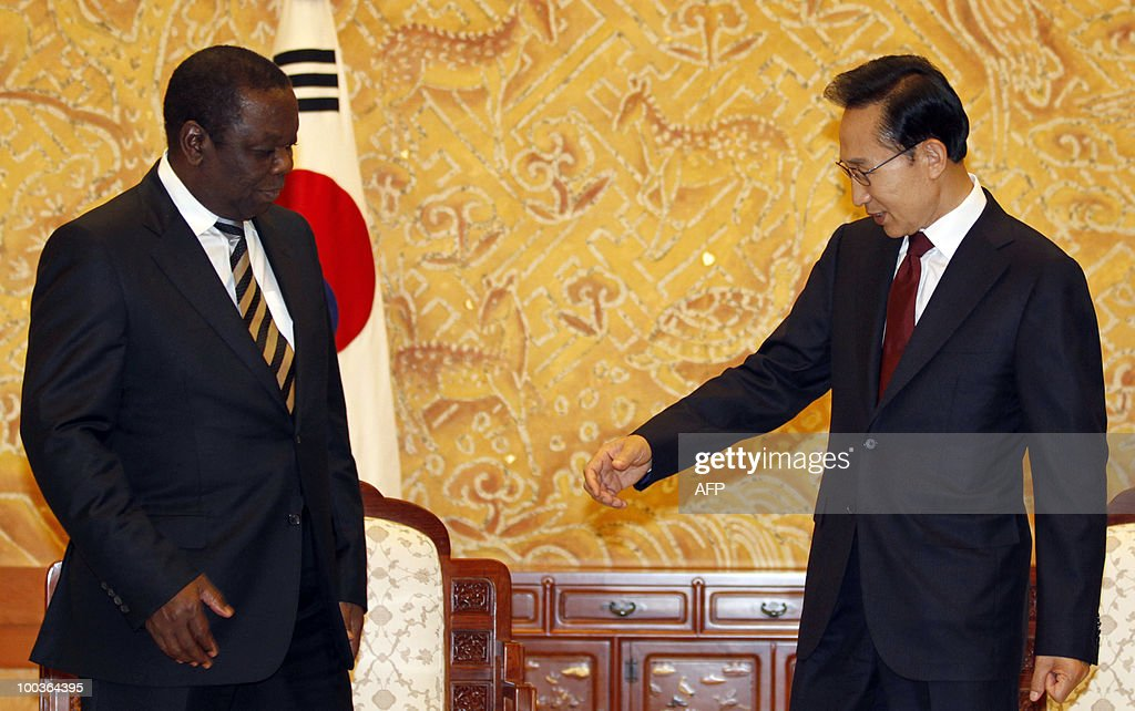 South Korean President Lee Myung-bak (R) invites Zimbabwe�s Prime Minister Morgan Tsvangirai to pose for photographs before their meeting at the presidential Blue House in Seoul on May 24, 2010. Tsvangirai arrived in Seoul on May 23 for a four-day visit.
