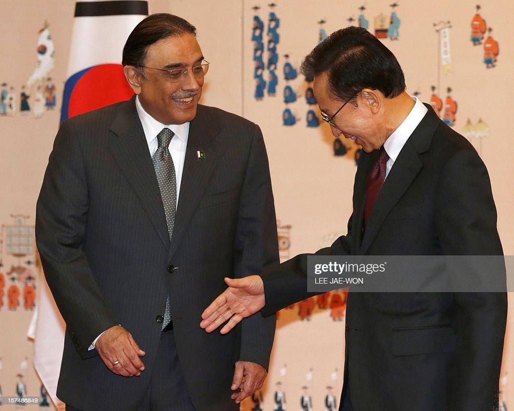 South Korean President Lee Myung-bak (R) shakes hands with his Pakistani counterpart Asif Ali Zardari before their summit at the presidential Blue House in Seoul on December 4, 2012. Zardari arrived in Seoul on December 3 for a three-day official visit. AFP PHOTO / POOL / Lee Jae-Won