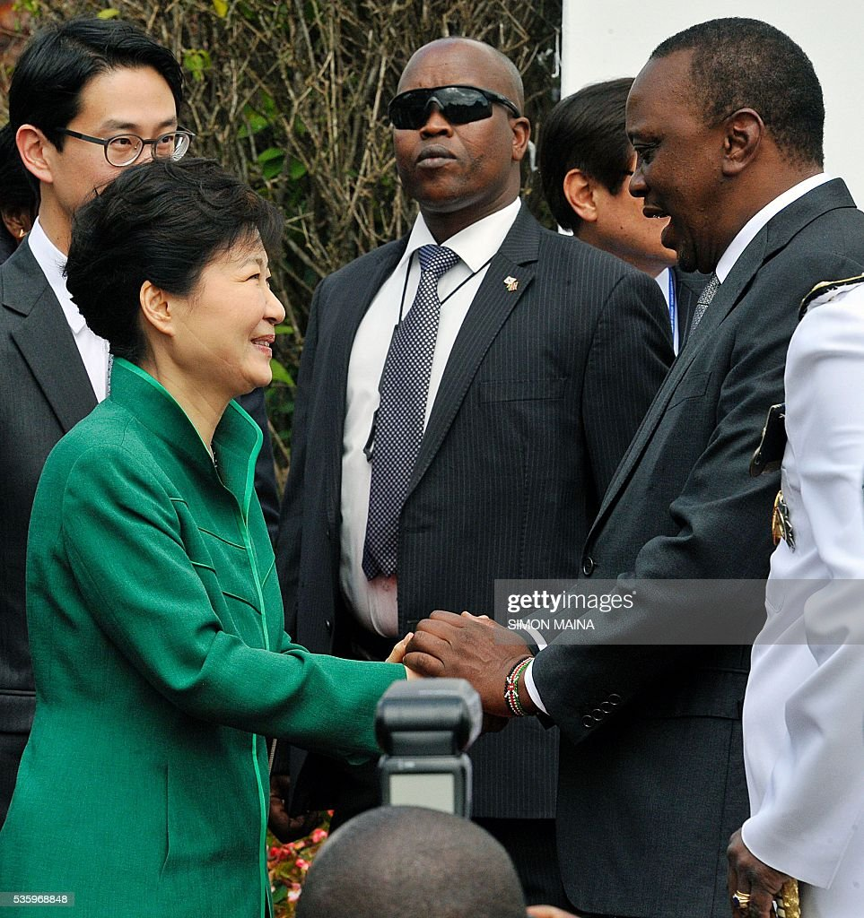 South Korean President Park Geun-hye (L) is received by Kenya's President Uhuru Kenyatta (R) on May 31, 2016 upon her arrival at the StateHouse in Nairobi, during the first state visit by a South Korean president to the country in 34 years. / AFP / SIMON