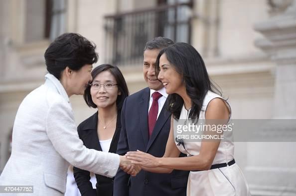 La presidente surcoreana durante una visita a Perú en 2015 saludando a Ollanta Humala y Nadine Heredia.