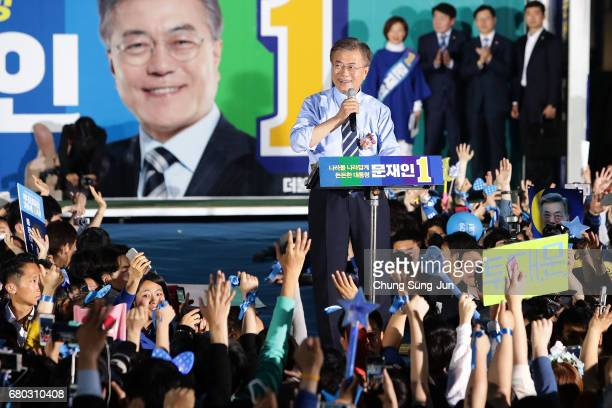 South Korean presidential candidate Moon Jaein of the Democratic Party of Korea speech during a presidential election campaign on May 8 2017 in Seoul...