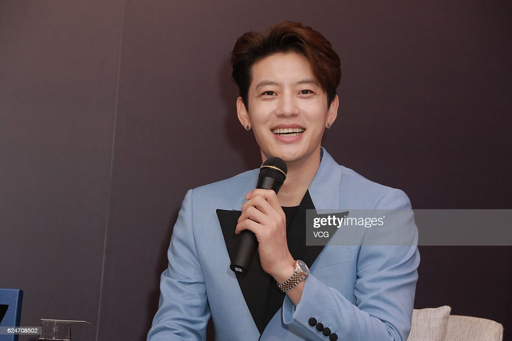 http://media.gettyimages.com/photos/south-korean-singer-se7en-aka-choi-dongwook-attends-press-conference-picture-id624708502