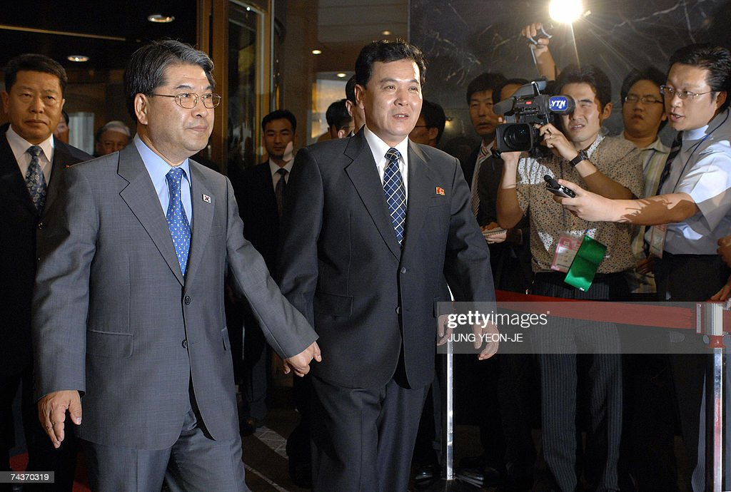 South Korean Unification Minister Lee Jae-Joung (L) and his Northern counterpart Kwon Ho-Ung (C) leave the hotel after four days of high-level talks in Seoul, 01 Jun 2007. Reconciliation talks between North and South Korea ended without reaching any agreements, following a row over Seoul's decision to link promised rice aid to Pyongyang's denuclearisation. AFP PHOTO/POOL/JUNG YEON-JE