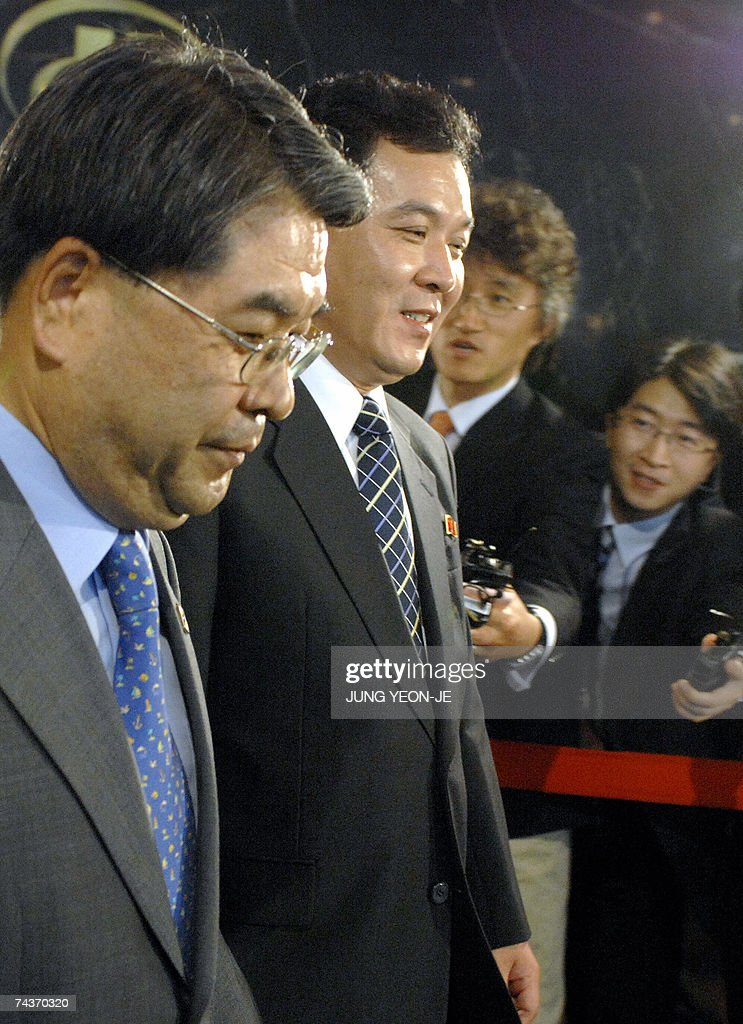 South Korean Unification Minister Lee Jae-Joung (L) and his Northern counterpart Kwon Ho-Ung (C) walk to leave the hotel after four days of high-level talks in Seoul, 01 Jun 2007. Reconciliation talks between North and South Korea ended without reaching any agreements, following a row over Seoul's decision to link promised rice aid to Pyongyang's denuclearisation. AFP PHOTO/POOL/JUNG YEON-JE