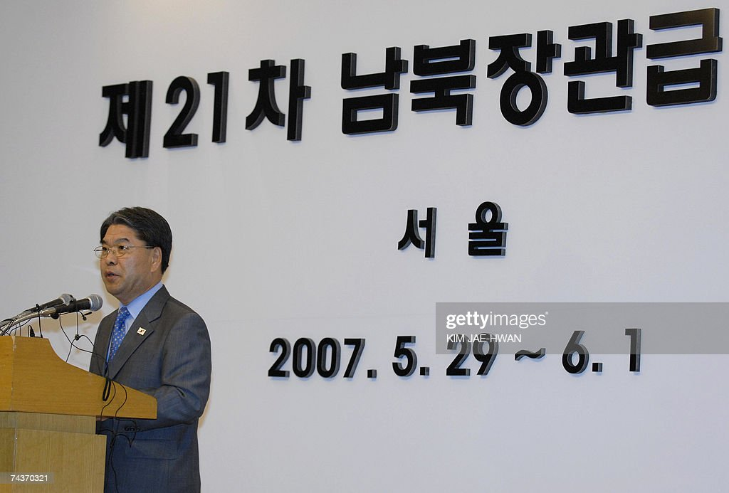 South Korean Unification Minister Lee Jae-Joung speaks during a press conference in Seoul 01 June 2007. Reconciliation talks between North and South Korea ended without reaching any agreements, following a row over Seoul's decision to link promised rice aid to Pyongyang's denuclearisation. AFP PHOTO/KIM JAE-HWAN