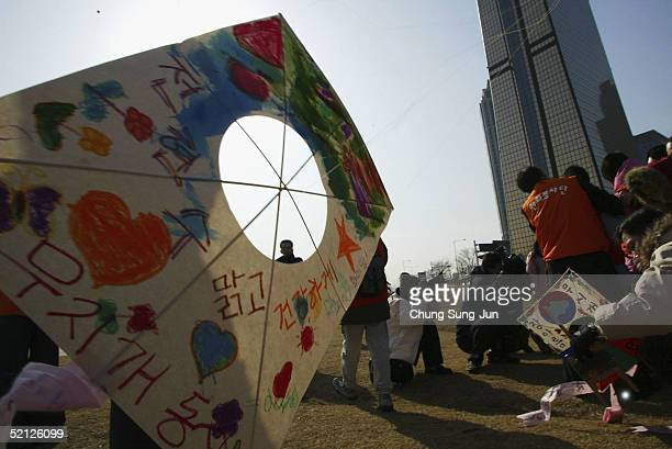 South Koreans prepare to fly a paper kite February 3 2005 in Seoul South Korea Kiteflying is a traditional South Korean custom and as the Lunar New...