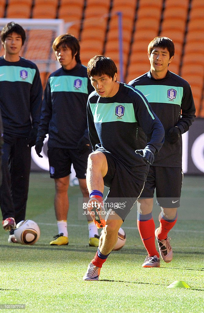 South Korea's defender Kim Dong-Jin (2nd R) kicks the ball as his teammates look on during a team training session at Soccer City Stadium in Johannesburg on June 16, 2010. South Korea will face Argentina on June 17 as part of Group B of 2010 World Cup football tournament in South Africa.