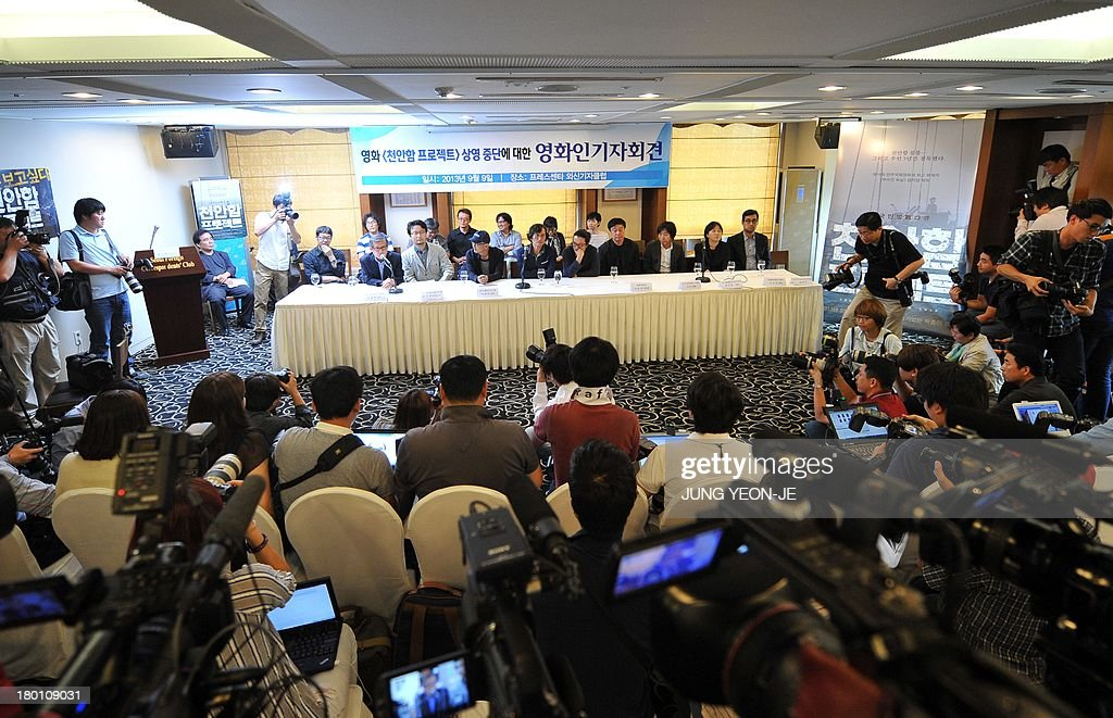 South Korea's filmmakers hold a press conference against the decision to stop screening the documentary film 'Project Cheonan Ship' produced by Chung in Seoul on September 9, 2013. South Korea's film community reacted angrily to a major cinema chain's decision to stop screening the documentary that questions whether North Korea was really behind the 2010 sinking of the warship Cheonan. AFP PHOTO / JUNG YEON-JE