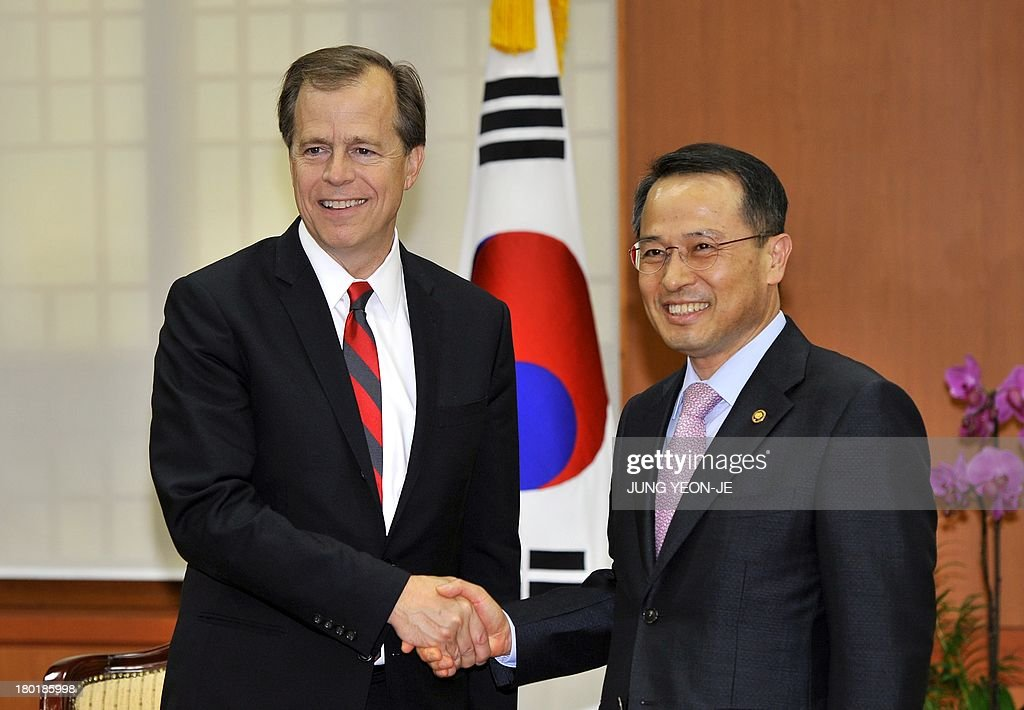 South Korea's first vice foreign minister Kim Kyou-Hyun (R) shakes hand with US Special Representative for North Korea Policy Glyn Davies (L) during their meeting at the foreign ministry in Seoul on September 10, 2013.