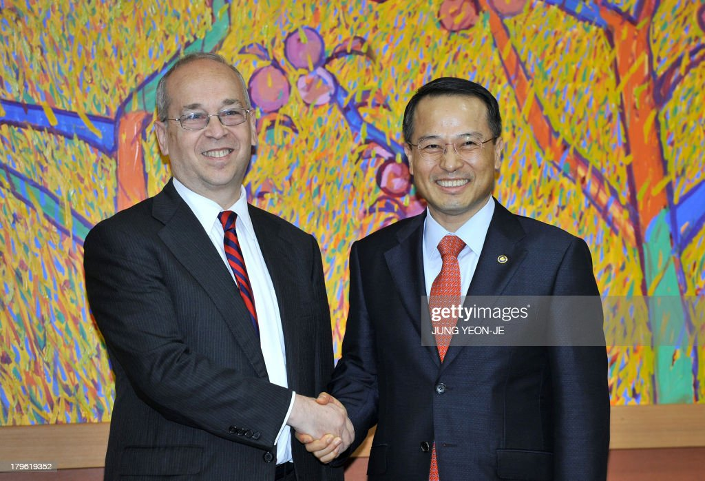 South Korea's first vice foreign minister Kim Kyou-Hyun (R) shakes hands with Daniel Russel (L), US Assistant Secretary of State for East Asian and Pacific Affairs, in Seoul on September 6, 2013. Russel is in Seoul to discuss issues of mutual concern, including efforts to denuclearize North Korea.