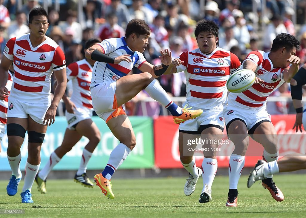 South Korea's fly-half Oh Youn Hyung (C) kicks the ball during the Asian Rugby Championship rugby match against Japan in Yokohama on April 30, 2016. / AFP / KAZUHIRO