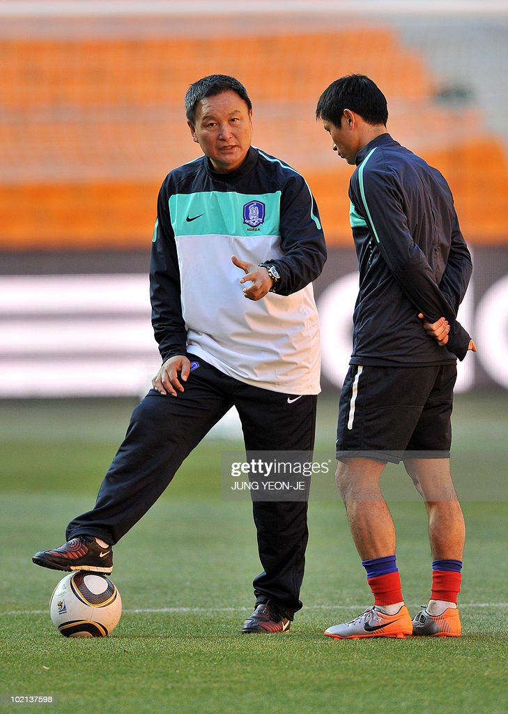 South Korea's head coach Huh Jung-Moo (L) talks to defender Lee Young-Pyo (R) during a team training session at Soccer City Stadium in Johannesburg on June 16, 2010. South Korea will face Argentina on June 17 as part of Group B of 2010 World Cup football tournament in South Africa.