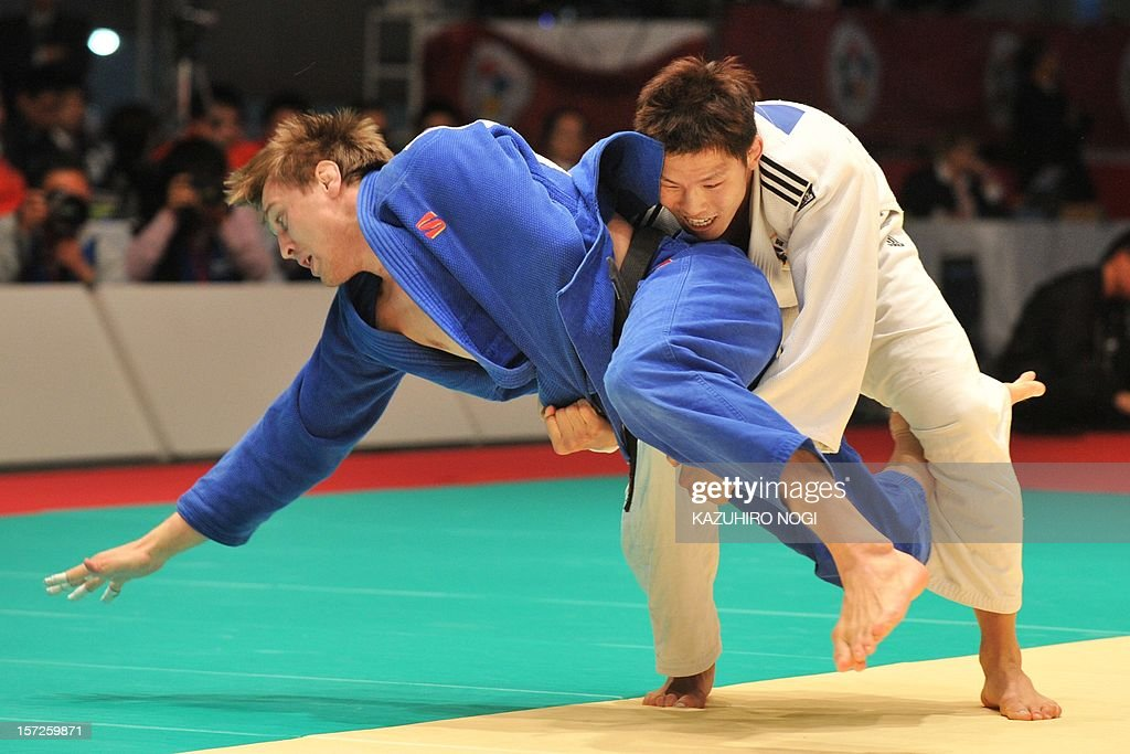 South Korea's Kim Jae-Bum (R) lifts Russia's Ivan Vorobev during their men's 81kg class final match of the Grand Slam judo tournament at Yoyogi National Gymnasium in Tokyo on December 1, 2012. Kim won the final match. AFP PHOTO / KAZUHIRO NOGI