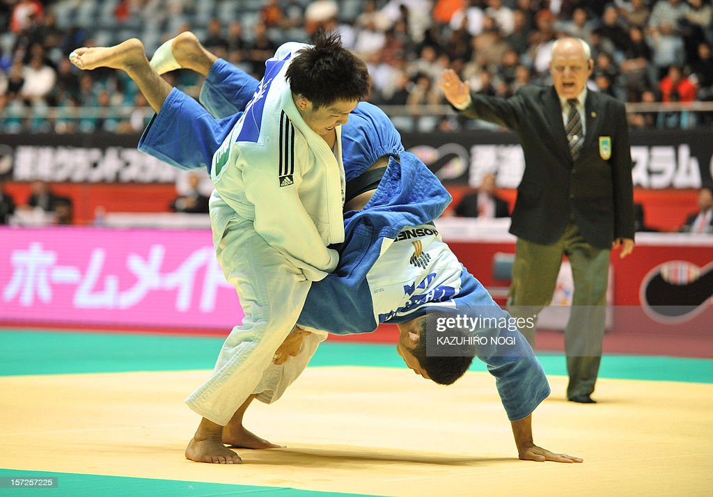 South Korea's Kim Jae-Bum (L) lifts up Japan's Yuki Haruyama during their men's 81kg class third-round match of the Grand Slam judo tournament at Yoyogi National Gymnasium in Tokyo on December 1, 2012. Kim won the match. AFP PHOTO / KAZUHIRO NOGI