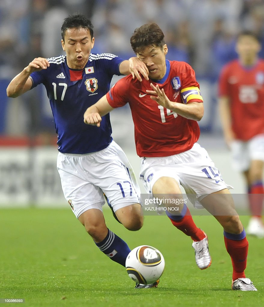 South Korea's midfielder Park Ji Sung (R) and Japan's Makoto Hasebe fight for the ball during their international friendly football match at Saitama Stadium, suburban Tokyo, on May 24, 2010. AFP PHOTO/Kazuhiro NOGI