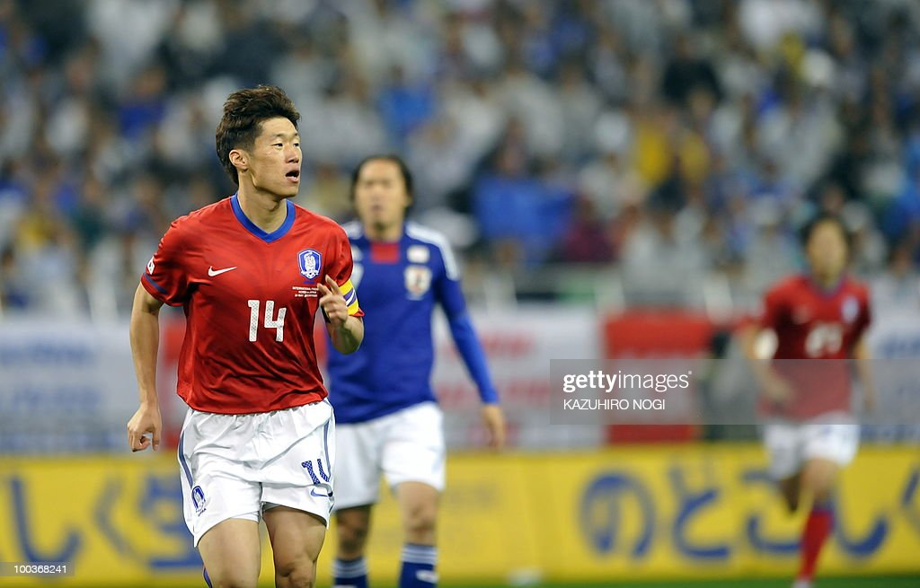 South Korea's midfielder Park Ji Sung (L) reacts after his goal against Japan during their international friendly football match at Saitama Stadium, suburban Tokyo on May 24, 2010. Korea won the match 2-0. AFP PHOTO/Kazuhiro NOGI