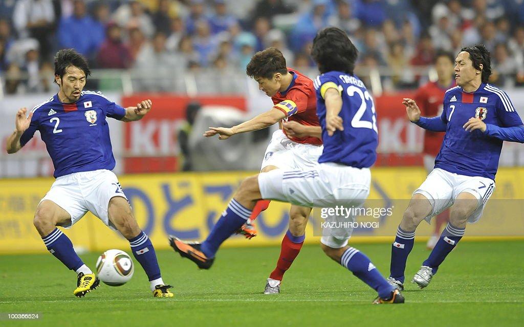 South Korea's midfielder Park Ji-Sung (C) scores his team's first goal against Japan during their international friendly football match at Saitama Stadium, suburban Tokyo, on May 24, 2010. AFP PHOTO/Kazuhiro NOGI