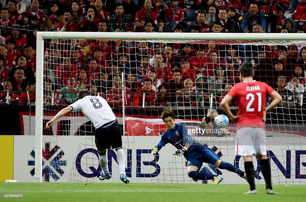 South Korea's Pohang Steelers forward Veselinovic Lazar (L) shoots to score in the penalty kick beside Japan's Urawa Reds goalkeeper Shusaku Nishikawa (C) during their AFC champions league group H football match in Saitama on May 3, 2016. / AFP / TOSHIFUMI