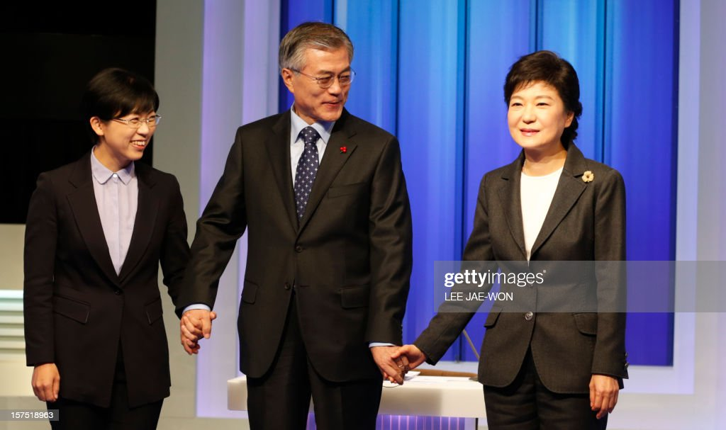 South Korea's presidential candidates (L-R), Lee Jung-Hee of the opposition Unified Progressive Party, Moon Jae-In of the main opposition Democratic United Party and Park Geun-Hye of the ruling Saenuri Party pose before a televised debate in Seoul on December 4, 2012. Conservative and right wing Park who is the daughter of late South Korean military dictator Park Chung-hee and the former human rights lawyer Moon, participated in a debate over security policy as North Korea readied a rocket launch that is timed to coincide with the South's presidential election. AFP PHOTO / POOL