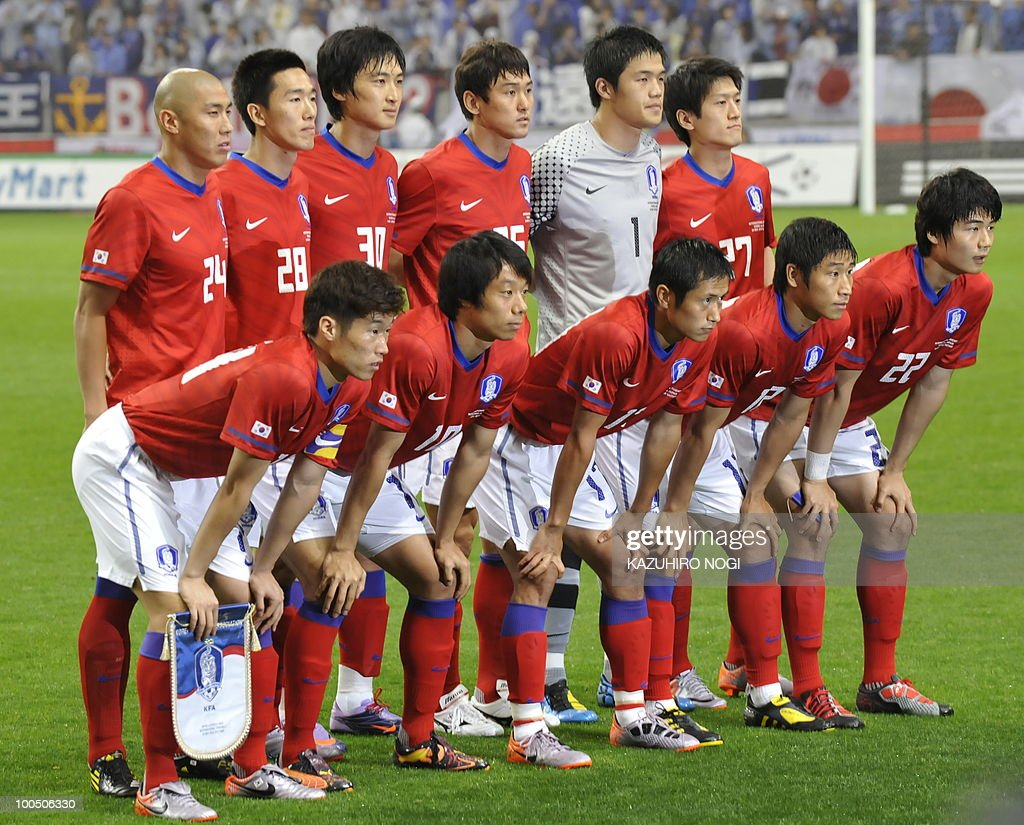 South Korea's starting players pose in a photo session prior to their international friendly football match against Japan at Saitama Stadium, suburban Tokyo on May 24, 2010. Korea won the match 2-0. AFP PHOTO/Kazuhiro NOGI