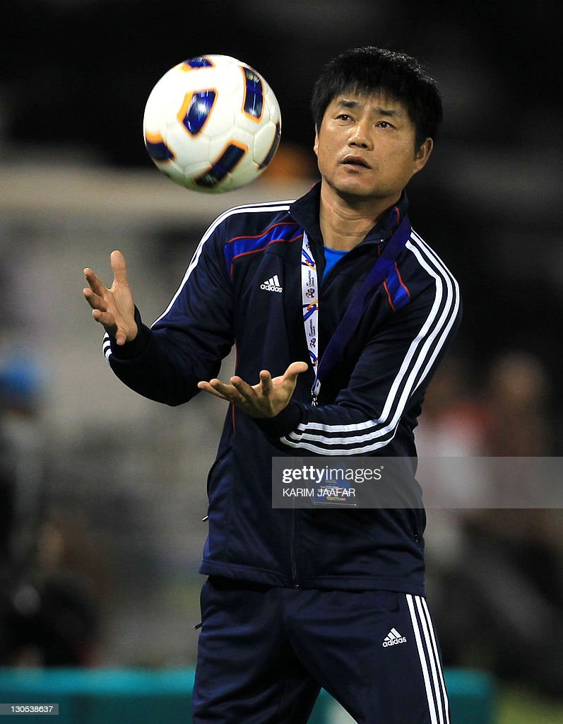 South Korea's Suwon Samsung Bluewings coach Yoon Sung-Hyo attends their game against Qatar Al Sadd's during their semi-final football match in the AFC Champions League in Doha, on October 26, 2011. Suwon Samsung Bluewings won the match 1-0. AFP PHOTO/KARIM JAAFAR