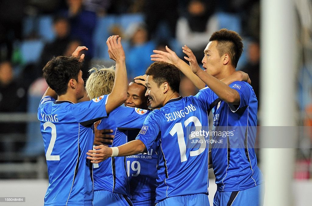 South Korea's Ulsan Hyundai forward Kim Shin-Wook (R) celebrates his goal with teammates against Uzbekistan's Bunyodkor during the AFC Champions League semi final match in Ulsan, about 300 kms southeast of Seoul, on October 31, 2012. South Korea's Ulsan Hyundai reached their first ever AFC Champions League final after they weathered an early onslaught to beat Bunyodkor 2-0 for a 5-1 aggregate win. AFP PHOTO / JUNG YEON-JE
