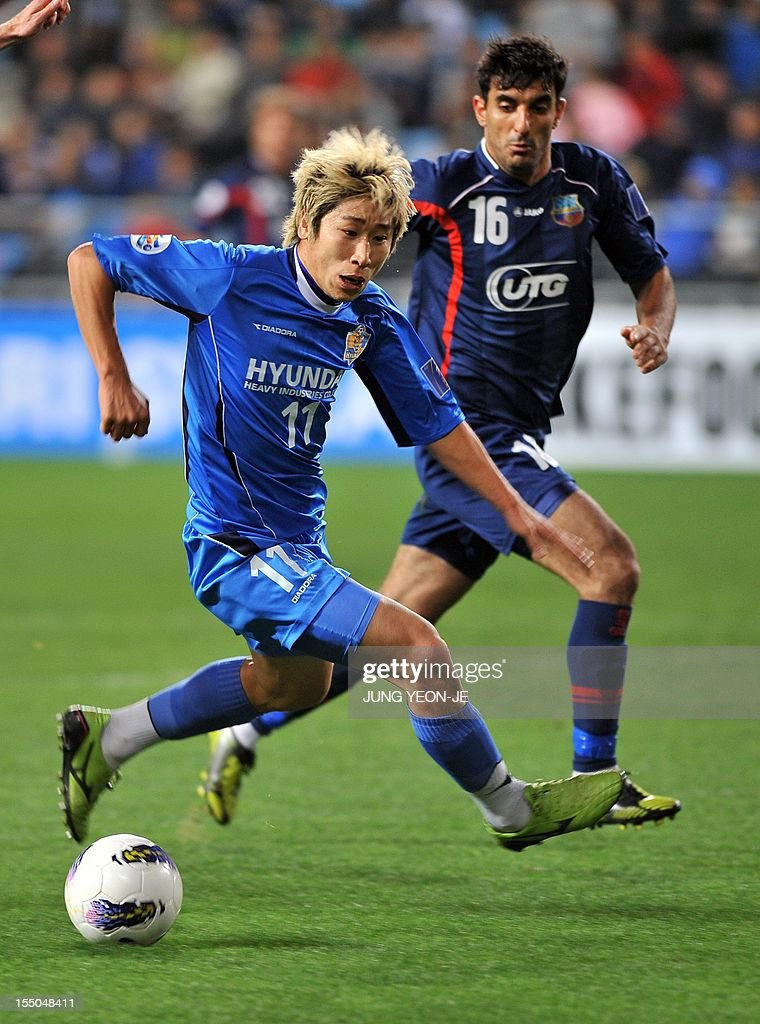 South Korea's Ulsan Hyundai forward Lee Keun-Ho (L) vies for the ball with Uzbekistan's Bunyodkor defender Artyom Filiposyan (R) during the AFC Champions League semi final match in Ulsan, about 300...