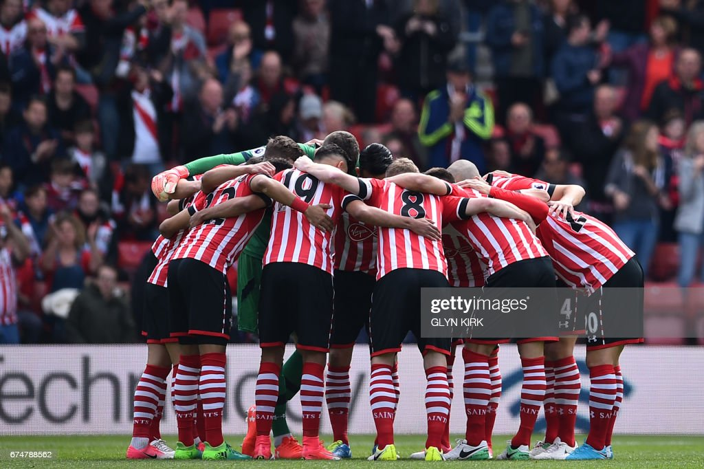 TOPSHOT - Southampton players go into a huddle before kickoff in the English Premier League football match between Southampton and Hull City at St Mary's Stadium in Southampton, southern England on April 29, 2017. / AFP PHOTO / Glyn KIRK / RESTRICTED TO EDITORIAL USE. No use with unauthorized audio, video, data, fixture lists, club/league logos or 'live' services. Online in-match use limited to 75 images, no video emulation. No use in betting, games or single club/league/player publications. /