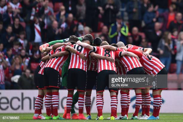 TOPSHOT Southampton players go into a huddle before kickoff in the English Premier League football match between Southampton and Hull City at St...