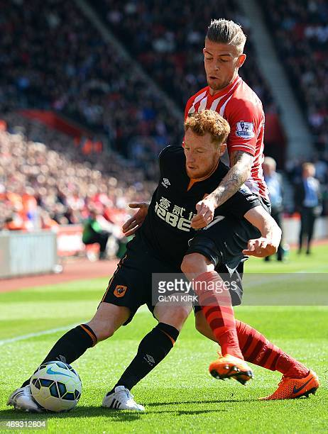 Southampton's Belgian defender Toby Alderweireld vies with Hull City's Republic of Ireland midfielder Stephen Quinn during the English Premier League...