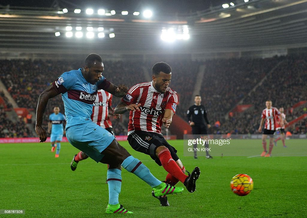 Southampton's English defender Ryan Bertrand (R) vies with West Ham United's English midfielder Michail Antonio during the English Premier League football match between Southampton and West Ham United at St Mary's Stadium in Southampton, southern England on February 6, 2016. / AFP / GLYN KIRK / RESTRICTED TO EDITORIAL USE. No use with unauthorized audio, video, data, fixture lists, club/league logos or 'live' services. Online in-match use limited to 75 images, no video emulation. No use in betting, games or single club/league/player publications. /