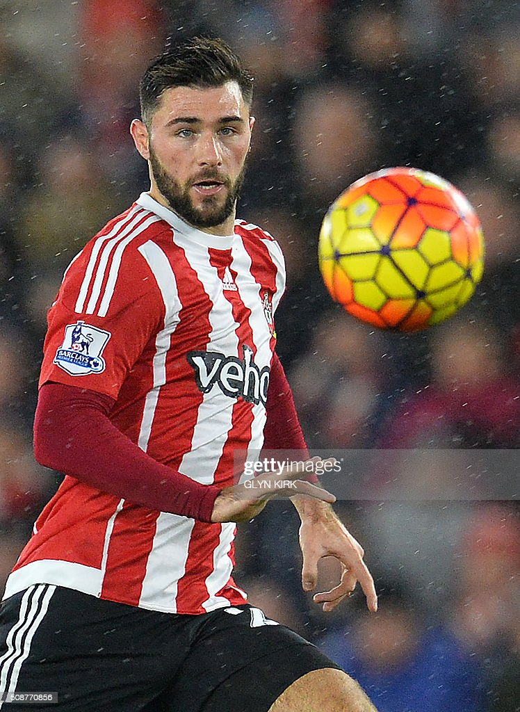 Southampton's English striker Charlie Austin eyes the ball during the English Premier League football match between Southampton and West Ham United at St Mary's Stadium in Southampton, southern England on February 6, 2016. / AFP / GLYN KIRK / RESTRICTED TO EDITORIAL USE. No use with unauthorized audio, video, data, fixture lists, club/league logos or 'live' services. Online in-match use limited to 75 images, no video emulation. No use in betting, games or single club/league/player publications. /
