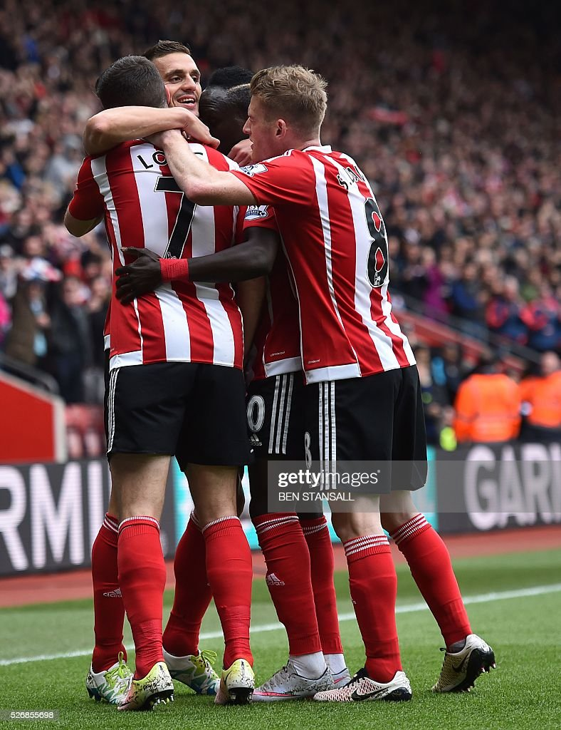 Southampton's Irish striker Shane Long (L) celebrates with teammats after scoring during the English Premier League football match between Southampton and Manchester City at St Mary's Stadium in Southampton, southern England on May 1, 2016. / AFP / BEN STANSALL / RESTRICTED TO EDITORIAL USE. No use with unauthorized audio, video, data, fixture lists, club/league logos or 'live' services. Online in-match use limited to 75 images, no video emulation. No use in betting, games or single club/league/player publications. /