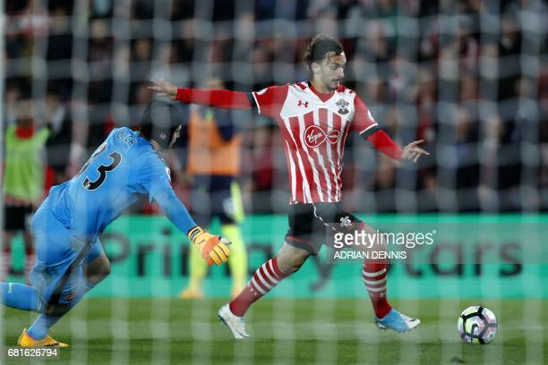Southampton's Italian striker Manolo Gabbiadini takes the ball past Arsenal's Czech goalkeeper Petr Cech but fails to score during the English...